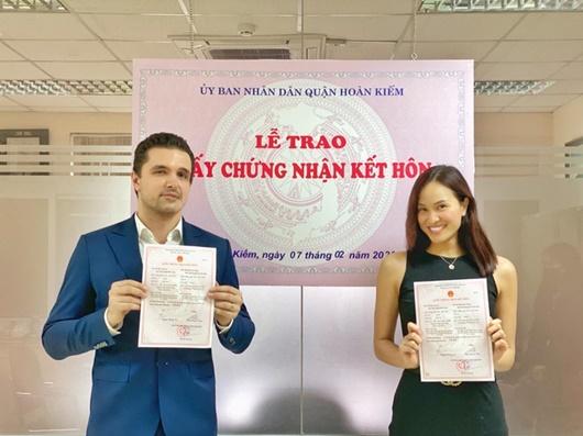 Phương Mai khoe ảnh đăng ký kết hôn với chồng Tây sau 8 tháng làm đám cưới - ảnh 1