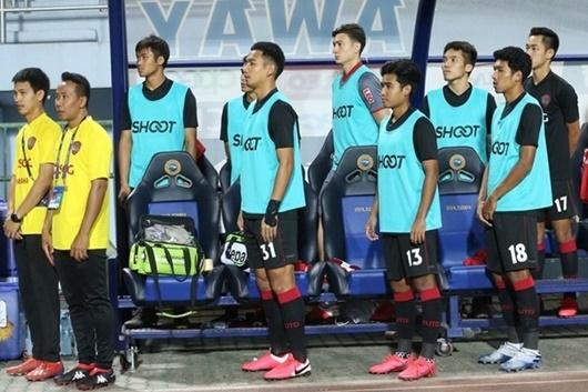 Văn Lâm bất ngờ dính chấn thương sau thời gian dự bị ở Muangthong United - ảnh 1