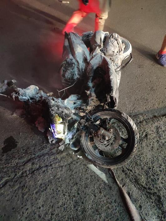Hà Nội: Tài xế lùi ô tô trúng cột bơm xăng, lửa bốc lên ngùn ngụt - ảnh 1