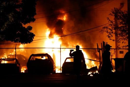 Mỹ đặt quân cảnh trong tình trạng báo động vì bạo lực leo thang - ảnh 1