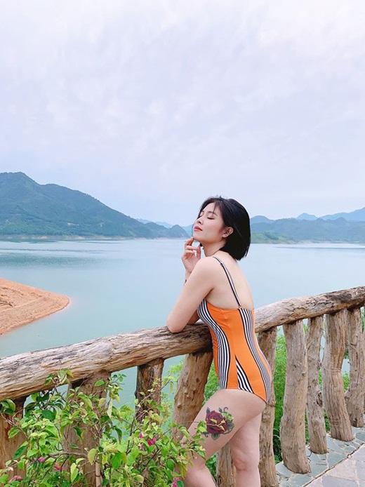 """MC Hoàng Linh diện bikini liền thân siêu kín, chỉ cần hở một chỗ cũng đủ khiến dân mạng """"xịt máu mũi"""" - ảnh 1"""