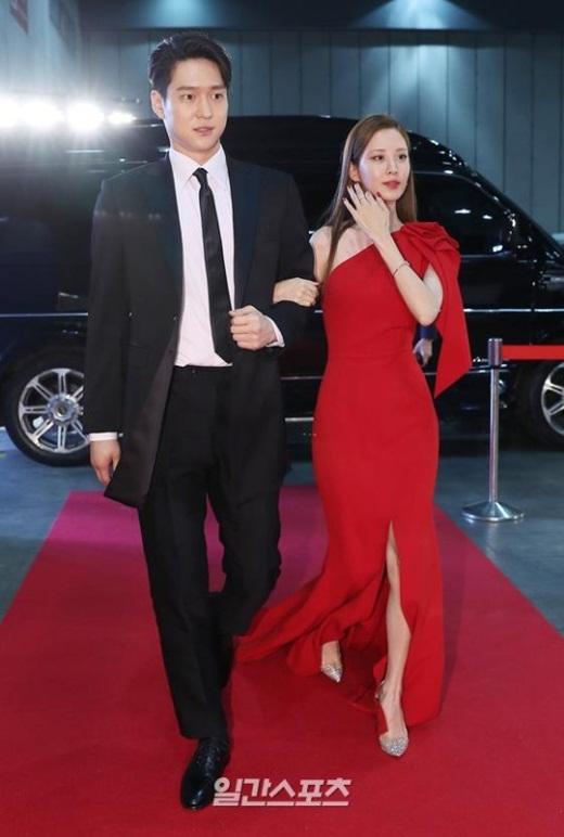 """Cặp đôi """"Hạ cánh nơi anh"""" trên thảm đỏ: Hyun Bin bảnh bao, Son Ye Jin gợi cảm hết nấc nhưng vẫn lộ khuyết điểm - ảnh 1"""