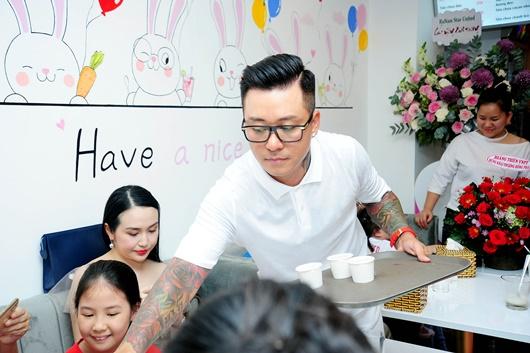 Tuấn Hưng tự bưng bê phục vụ khách mời của Huy Khánh - ảnh 1