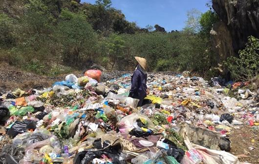 Người dân khốn khổ khi bãi tập kết rác thải gần khu dân cư - ảnh 1