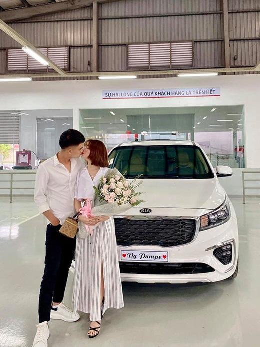 """Sau khi sắm nhà, Mạc Văn Khoa lại mua xế hộp 1,5 tỷ tặng bạn gái khiến dân tình """"ghen tị đỏ mắt"""" - ảnh 1"""