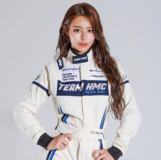 """Mẫu nội y nóng bỏng bậc nhất xứ Hàn thành """"cây hút fan"""" khi chuyển sang làm tay đua - ảnh 1"""