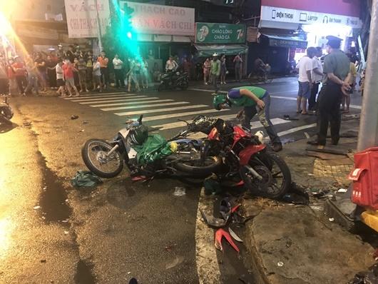 Hiện trường kinh hãi vụ nữ tài xế lái Camry tông loạt xe máy chờ đèn đỏ ở TP.HCM - ảnh 1