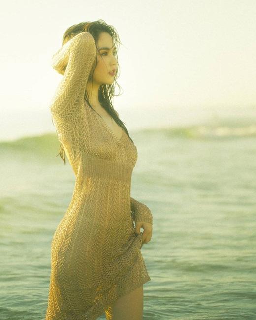 """Ngọc Trinh diện áo lưới ướt sũng khoe đường cong chữ S gợi cảm """"từng centimet"""" ở biển - ảnh 1"""