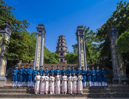 Lần đầu công bố trọn bộ hình ảnh cán bộ văn hóa Huế mặc áo dài ngũ thân - ảnh 1