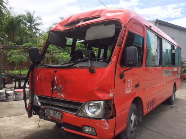 Xe khách đâm cột điện, 2 người chết, 14 nạn nhân bị thương nặng - ảnh 1