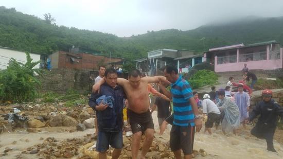 Sạt lở, sập nhà kinh hoàng ở Nha Trang, 5 người chết, nhiều người bị thương - ảnh 1