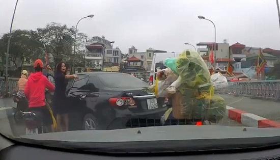 Vụ nữ tài xế ngang nhiên quay xe trên cầu: Tước bằng lái, phạt hơn 1,3 triệu đồng - ảnh 1