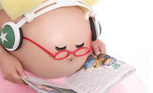 Kết quả hình ảnh cho cho bé nghe nhạc lúc còn trong bụng mẹ