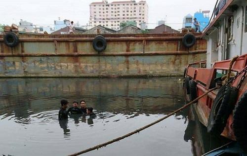 Nam thanh niên đuối nước khi lặn xuống kênh tìm điện thoại đánh rơi - ảnh 1