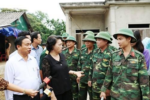 Chủ tịch Quốc hội thăm hỏi tặng quà cho nhân dân vùng tâm lũ - Ảnh 4
