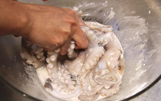 Bí quyết làm sạch bạch tuộc nhanh sạch và đơn giản nhất - Ảnh 4