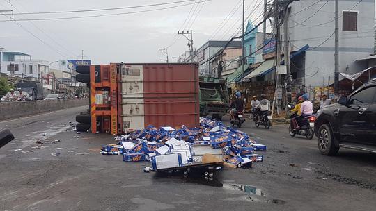 """Container bị lật, tài xế bất lực can ngăn người dân """"hôi bia"""" - ảnh 1"""