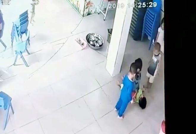 Sốc: Bé trai 17 tháng nằm bất động dưới sàn bị 4 bạn giẫm lên người - ảnh 1
