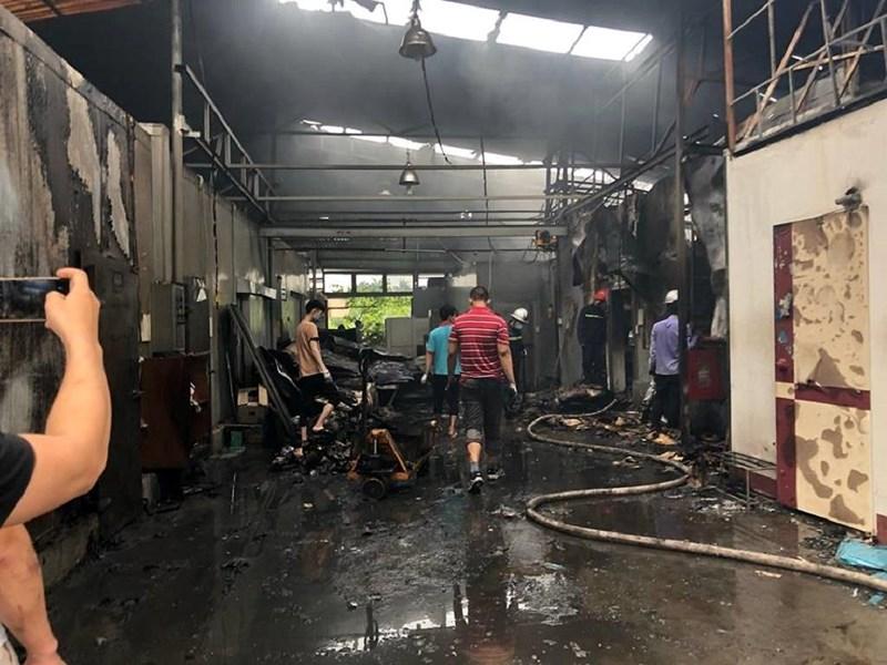 Video: Tiếng gào khóc thảm thiết giữa đêm tại hiện trường vụ cháy 8 người chết, mất tích ở Hà Nội - Ảnh 1
