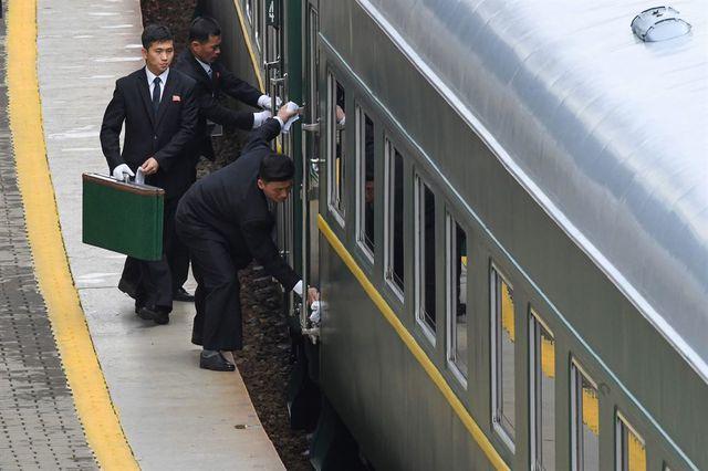 Cận cảnh dàn vệ sĩ chạy theo xe của Chủ tịch Kim Jong-un tại Nga - Ảnh 1