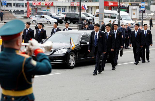 Cận cảnh dàn vệ sĩ chạy theo xe của Chủ tịch Kim Jong-un tại Nga - Ảnh 2