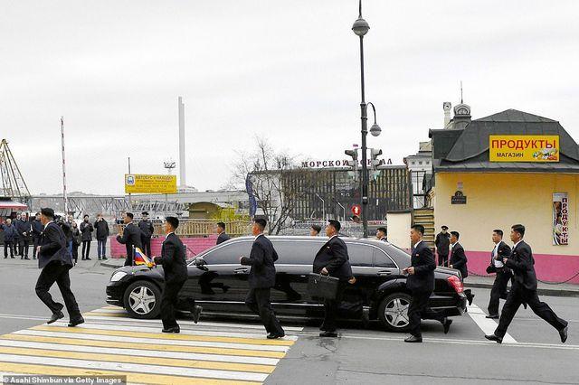 Cận cảnh dàn vệ sĩ chạy theo xe của Chủ tịch Kim Jong-un tại Nga - Ảnh 3