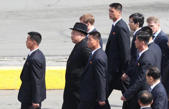Cận cảnh dàn vệ sĩ chạy theo xe của Chủ tịch Kim Jong-un tại Nga - Ảnh 4