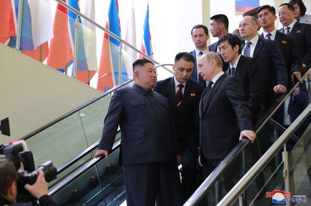 Cận cảnh dàn vệ sĩ chạy theo xe của Chủ tịch Kim Jong-un tại Nga - Ảnh 5