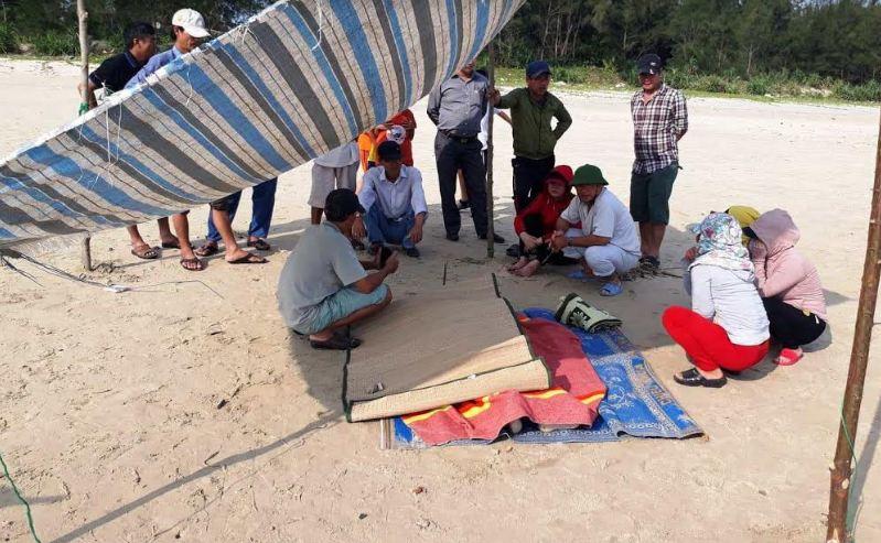 Xác chết nam giới trôi dạt vào bờ biển Quảng Ngãi - Ảnh 1