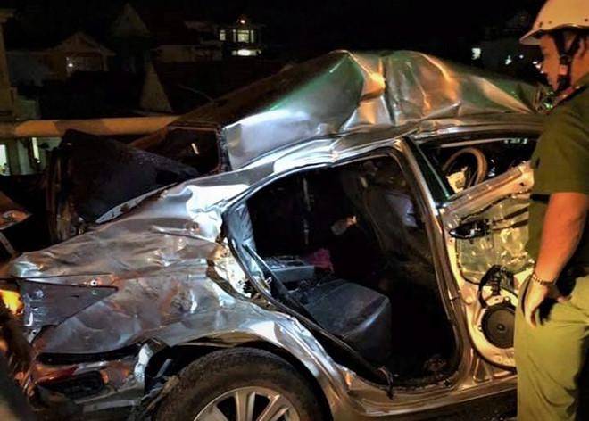 Ô tô con đấu đầu xe tải trước cửa hầm Hải Vân, 2 người chết, 3 người bị thương nặng - Ảnh 2
