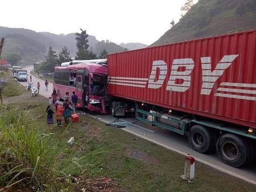Tai nạn giao thông, xe khách biển số Lào nát bét sau cú tông kinh hoàng với container - Ảnh 1