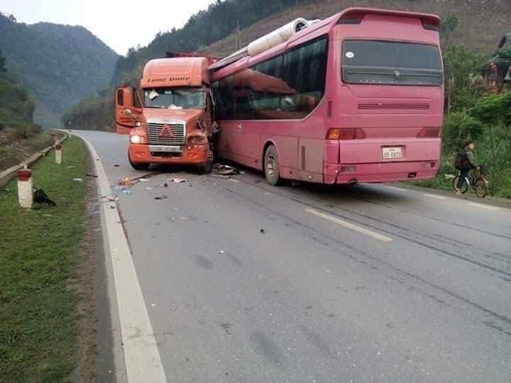 Tai nạn giao thông, xe khách biển số Lào nát bét sau cú tông kinh hoàng với container - Ảnh 2