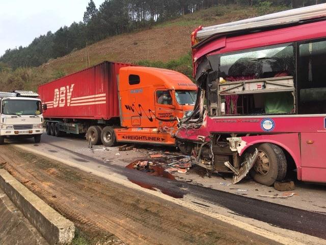 Tai nạn giao thông, xe khách biển số Lào nát bét sau cú tông kinh hoàng với container - Ảnh 3