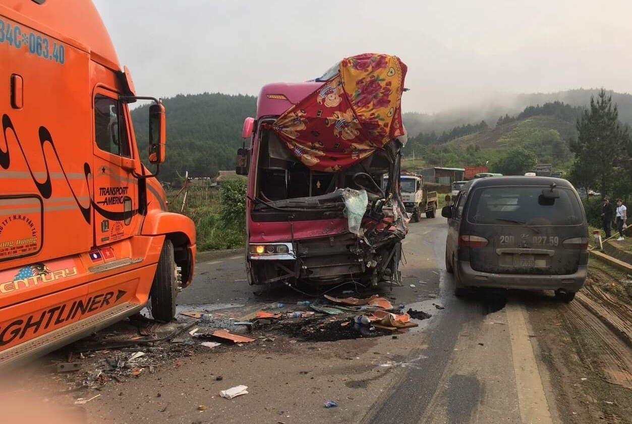 Tai nạn giao thông, xe khách biển số Lào nát bét sau cú tông kinh hoàng với container - Ảnh 4