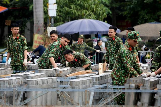 Hoàn tất lắp đặt các trận địa pháo hoa ở Hà Nội, sẵn sàng chào đón năm mới - ảnh 1