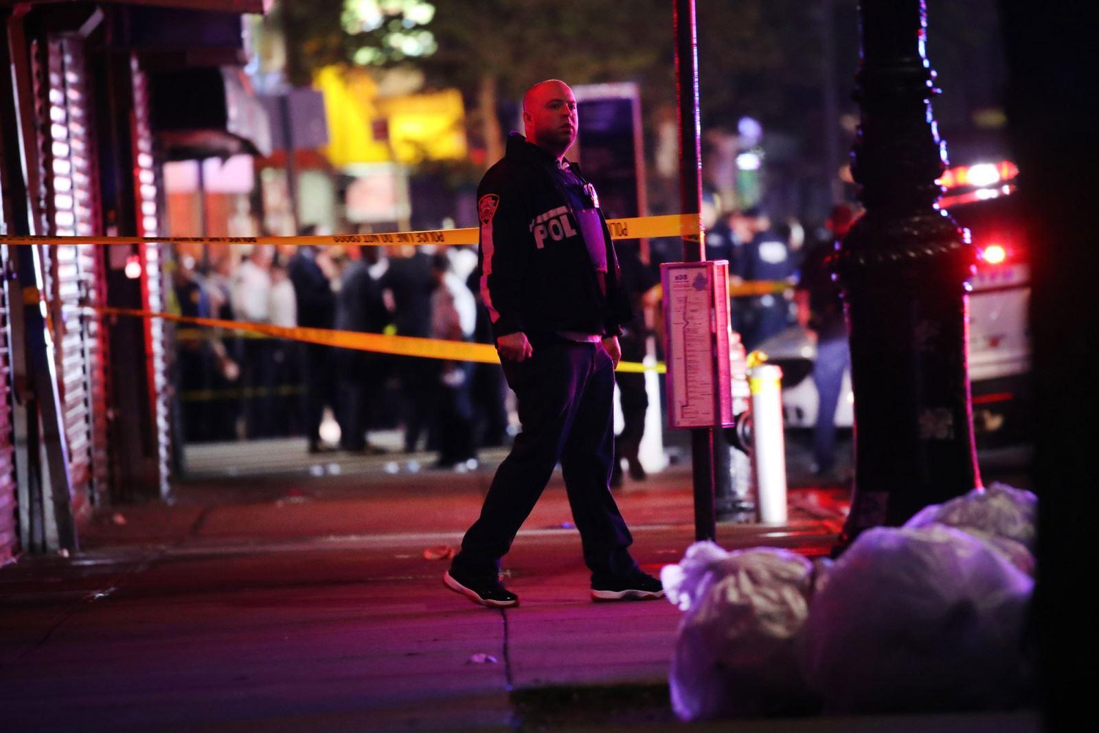 Ngăn chặn hôi của, cảnh sát Mỹ bị đâm vào cổ - ảnh 1