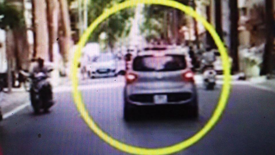 Tin tai nạn giao thông mới nhất ngày 16/7/2020: Công an phường bị tài xế rồ ga hất lên nắp capô - ảnh 1