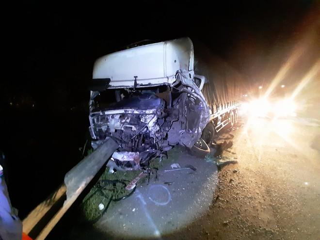 Hiện trường vụ tai nạn thảm khốc xe khách đấu đầu xe tải ở Bình Thuận, 8 người chết - ảnh 1