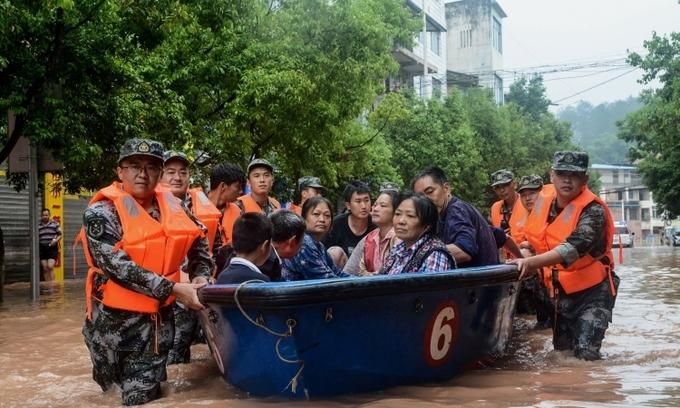 Trung Quốc mưa lũ bất thường, hơn 100 người chết, mất tích - ảnh 1