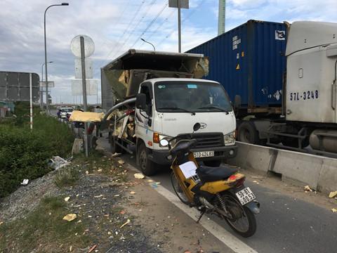Tin tai nạn giao thông mới nhất ngày 17/12/2018: Hai người ngồi nhậu bị xe khách tông chết - ảnh 1