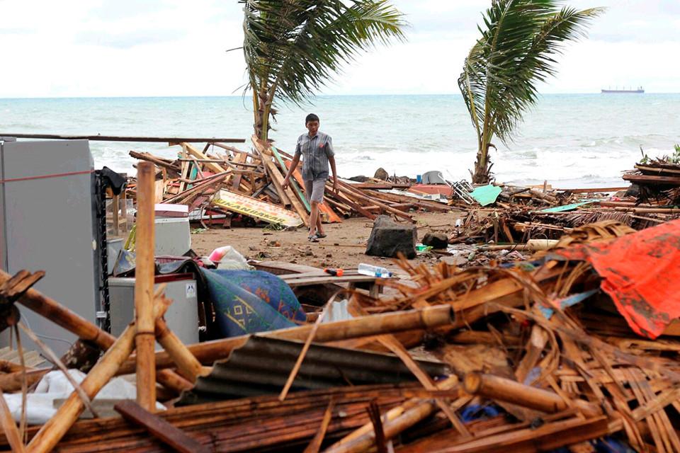Chuyên gia Anh: Núi lửa có nguy cơ gây thêm lở đất, sóng thần tàn phá bờ biển Indonesia - ảnh 1