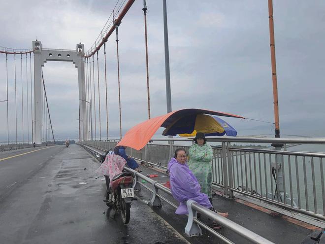 Xót lòng cảnh mẹ già đội mưa giữa cầu Thuận Phước chờ tìm con trai mất tích - ảnh 1