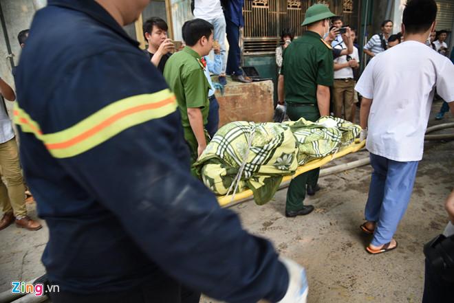 Vụ cháy xưởng ở Hà Nội: Nhói lòng hình ảnh các thi thể được bọc tạm trong chăn đưa ra ngoài - Ảnh 1