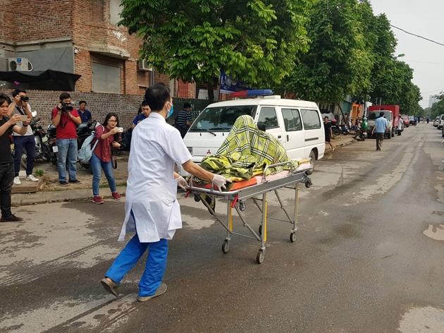 Vụ cháy xưởng ở Hà Nội: Nhói lòng hình ảnh các thi thể được bọc tạm trong chăn đưa ra ngoài - Ảnh 2