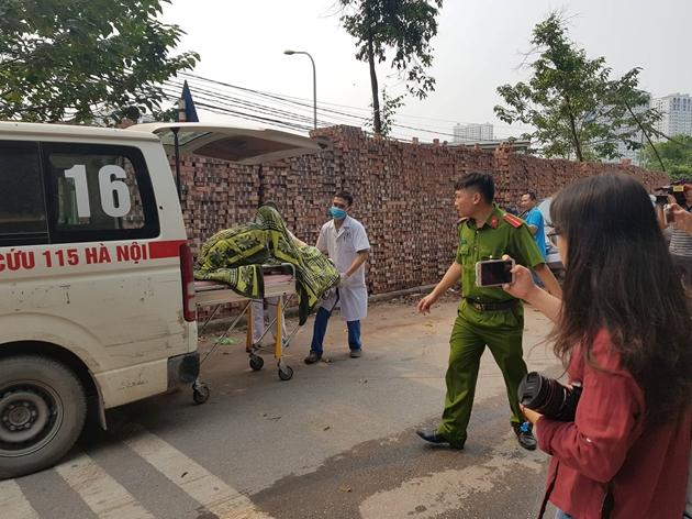 Vụ cháy xưởng ở Hà Nội: Nhói lòng hình ảnh các thi thể được bọc tạm trong chăn đưa ra ngoài - Ảnh 3