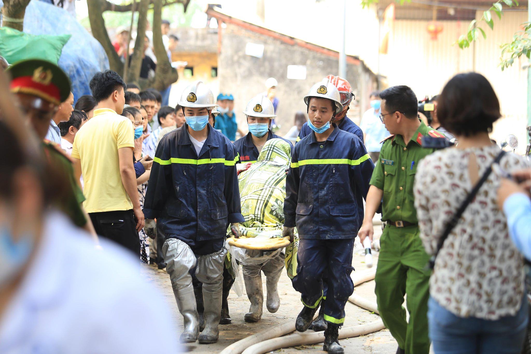 Vụ cháy xưởng ở Hà Nội: Nhói lòng hình ảnh các thi thể được bọc tạm trong chăn đưa ra ngoài - Ảnh 4