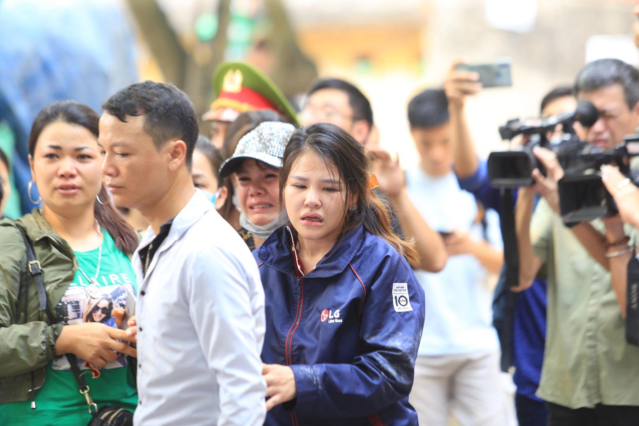 Vụ cháy xưởng ở Hà Nội: Nhói lòng hình ảnh các thi thể được bọc tạm trong chăn đưa ra ngoài - Ảnh 6