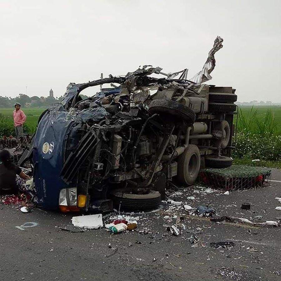 Mẹ ôm thi thể con trai bị tai nạn giao thông gào khóc thảm thiết giữa đường - Ảnh 1