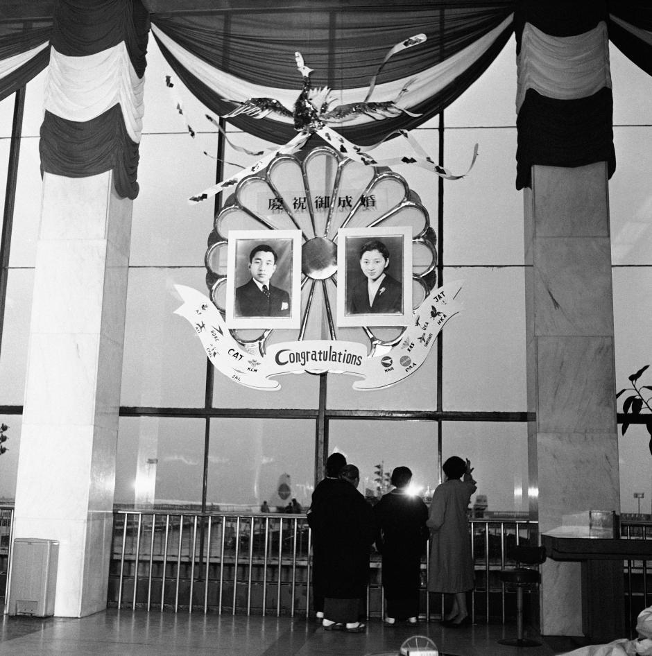 Những hình ảnh ghi dấu cuộc đời Nhật hoàng Akihito - vị hoàng đế của những điều đầu tiên - Ảnh 3