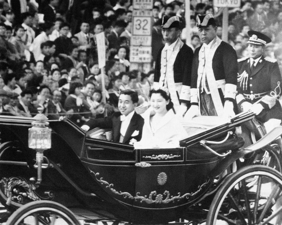 Những hình ảnh ghi dấu cuộc đời Nhật hoàng Akihito - vị hoàng đế của những điều đầu tiên - Ảnh 4